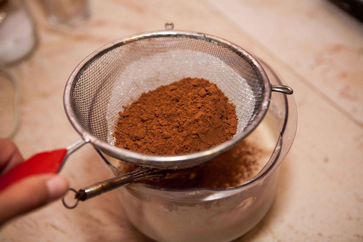 Просеять муку и какао для теста