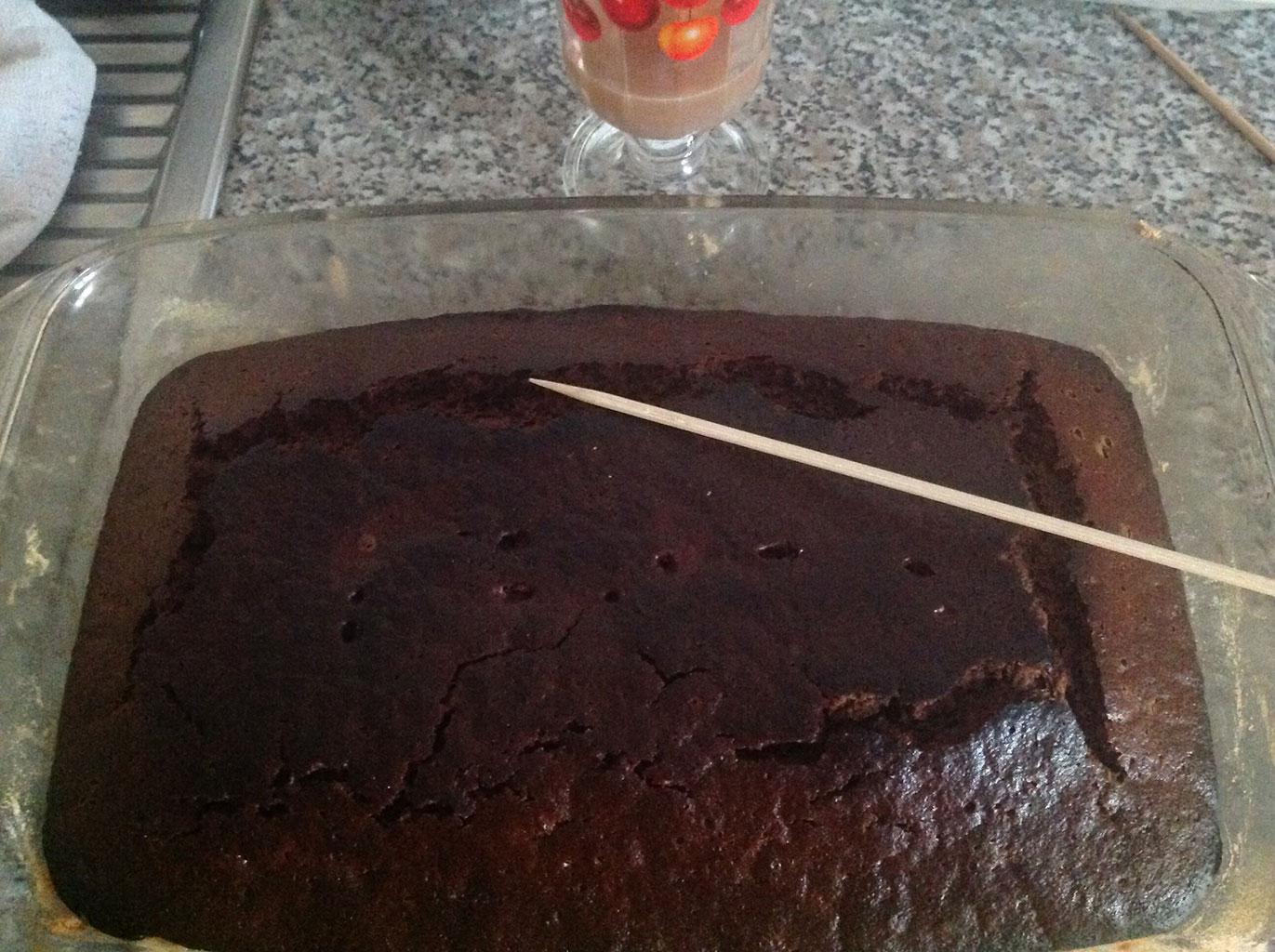 Проверка готовности шоколадного торта