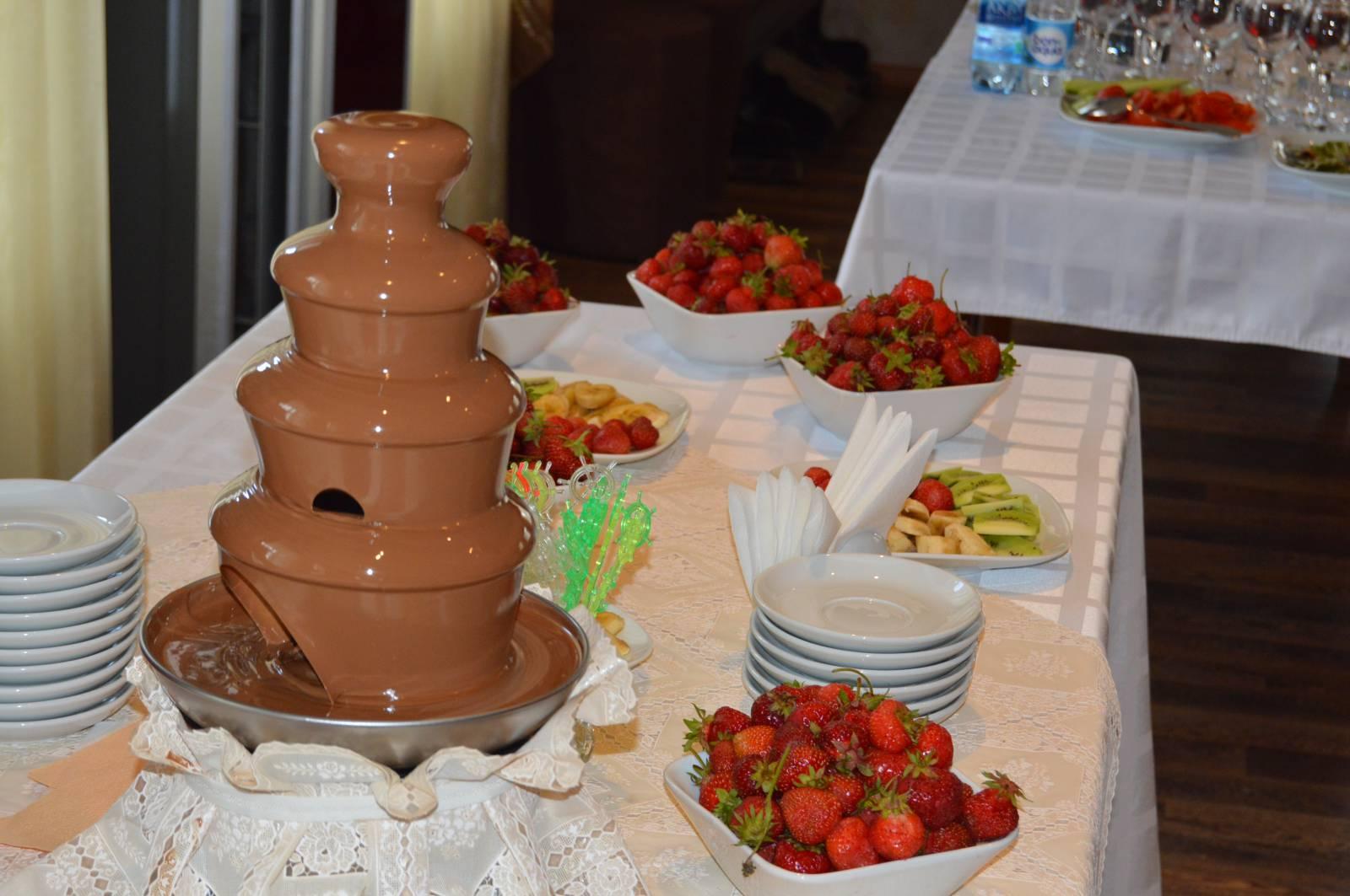 шоколадные фонтаны как оформить фото дочь наслаждаются