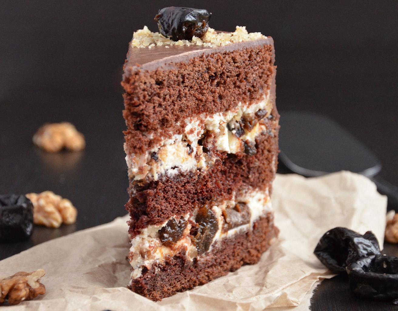 Шоколадный торт с черносливом и орехами