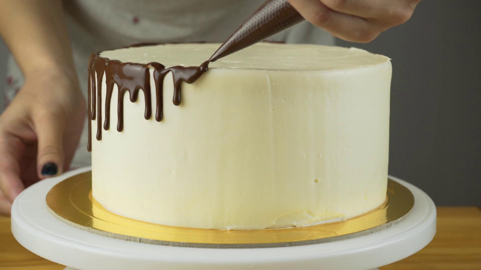 Сделать подтеки на торте шоколадом