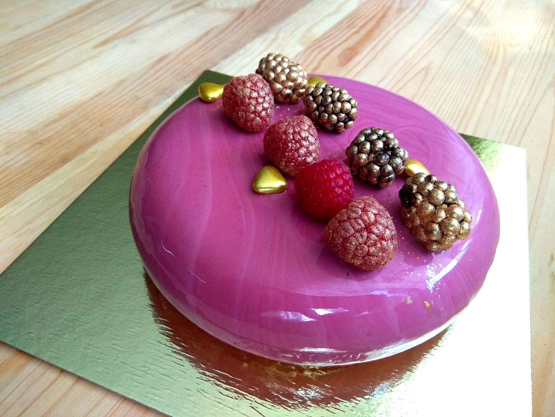 Торт с зеркальной глазурью, украшенный ягодами