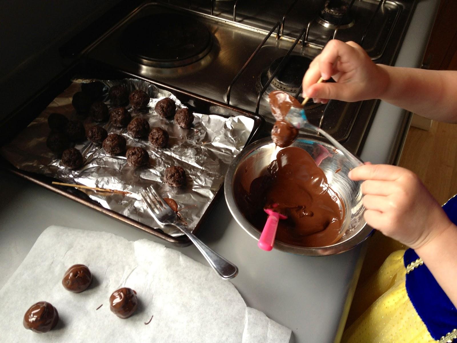 Трюфели окунуть в темный шоколад