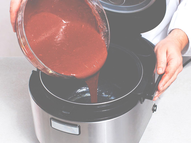 Вылить тесто в чашу мультиварки