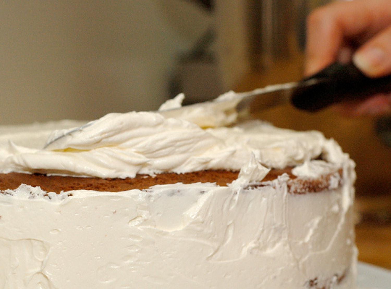 Выровнять крем на собранном торте