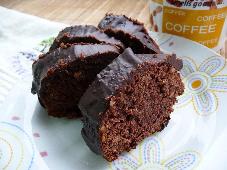Шоколадный кекс, украшенный шоколадной глазурью