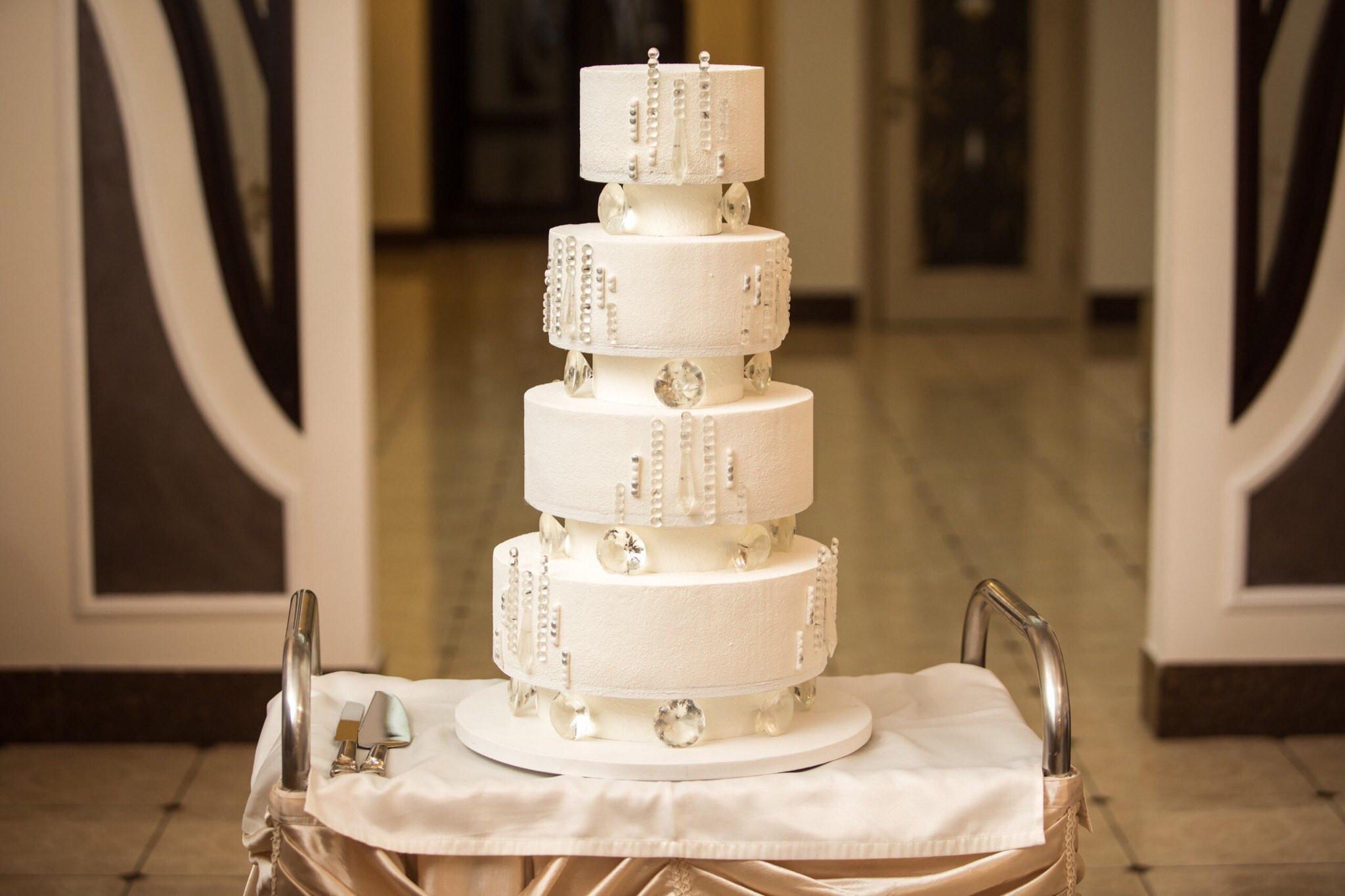 Белый ганаш используют для свадебных тортов