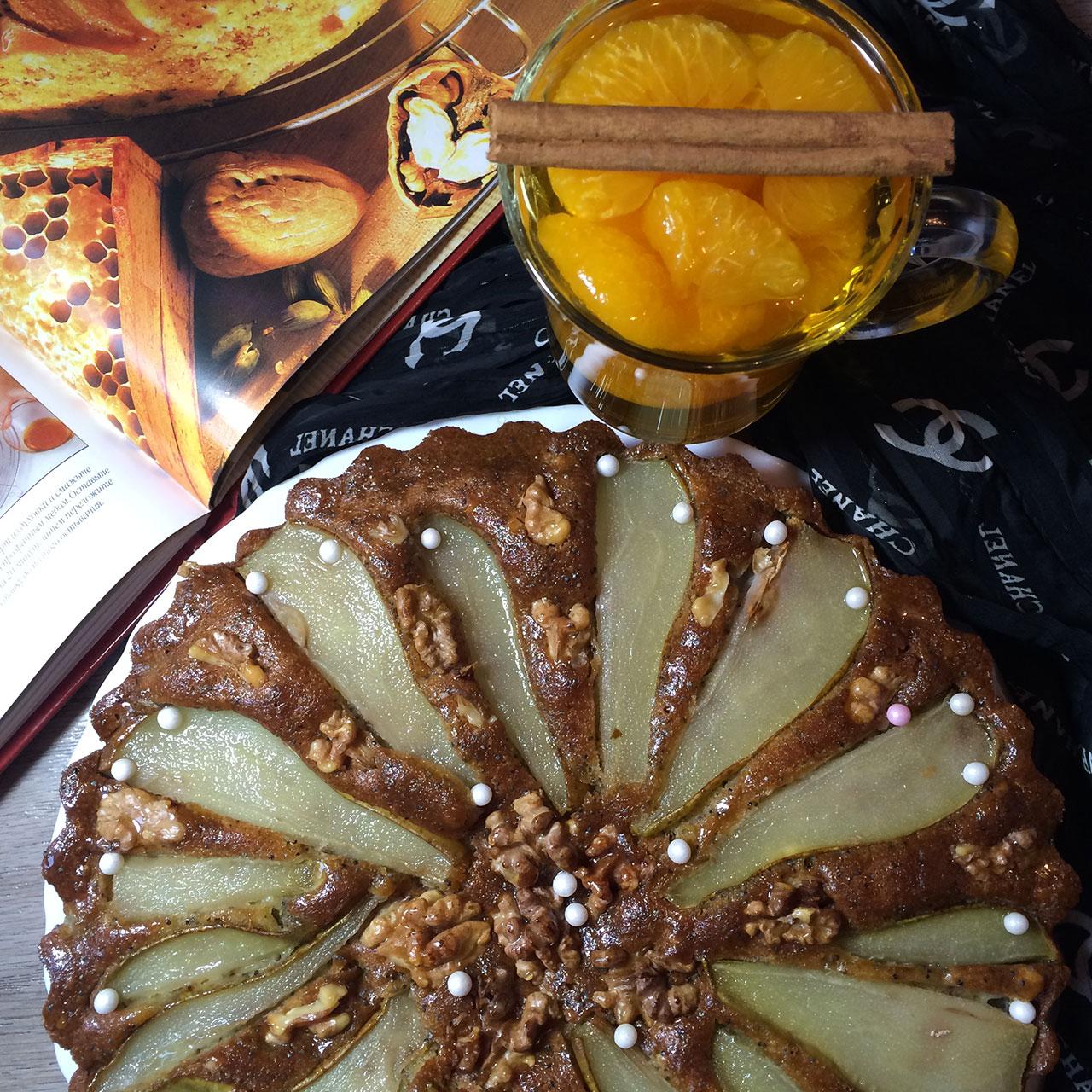 Пирог с грушами, украшенный грецкими орехами