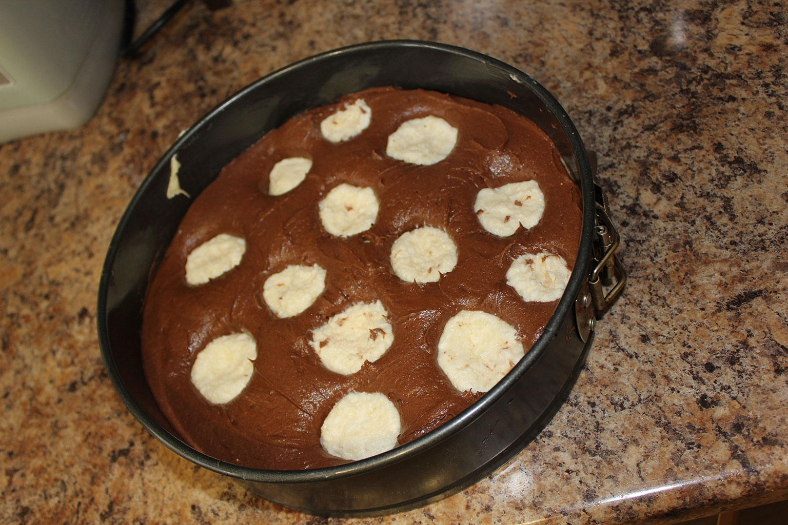 Шоколадно-банановый пирог с творожными шариками