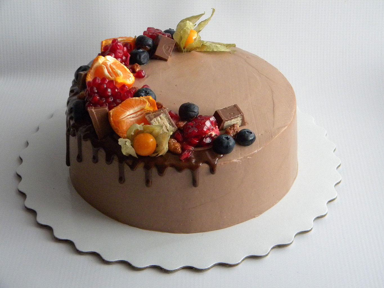 Украшение торта фруктами, вафлями, глазурью