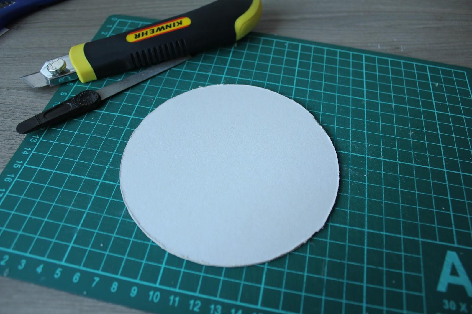 Вырезать круг - основание из картона