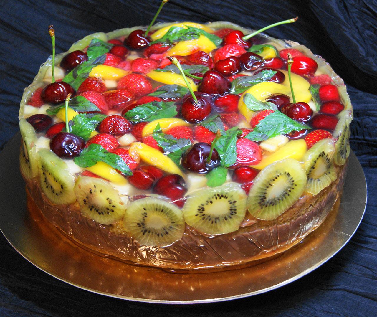 Ягоды в желатиновой глазури на торте