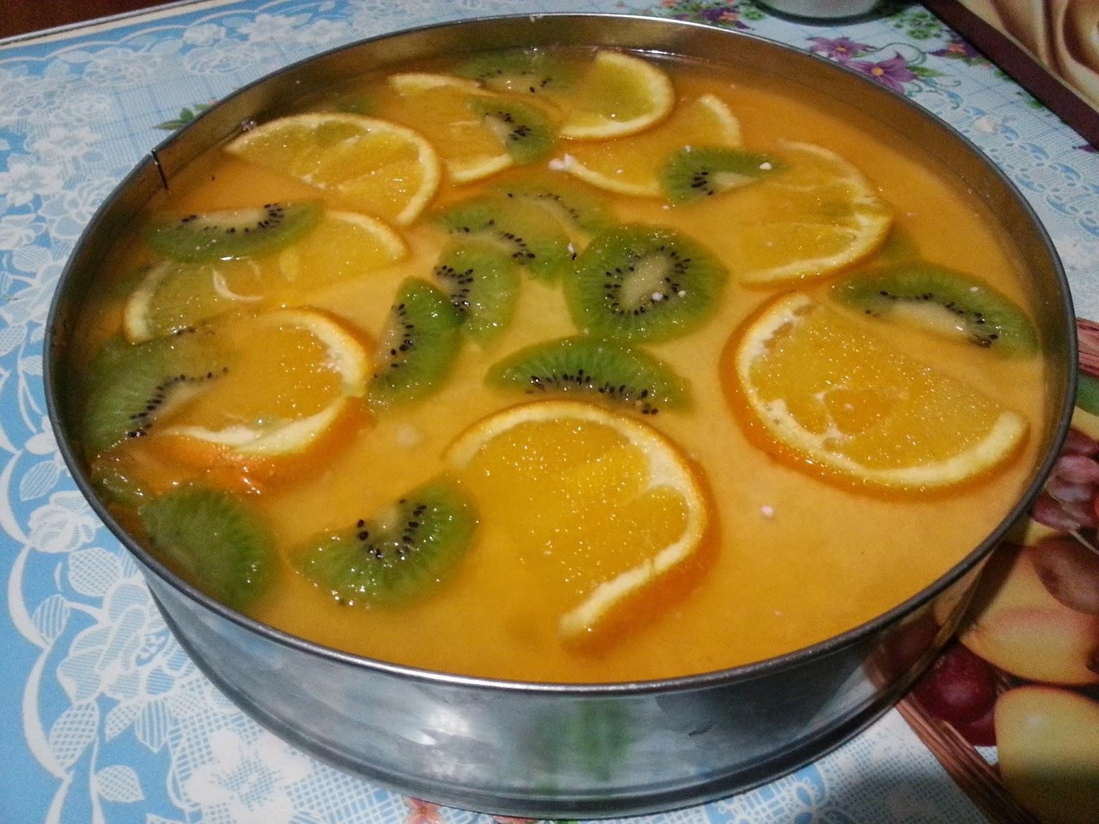 Залить фрукты желе в форме