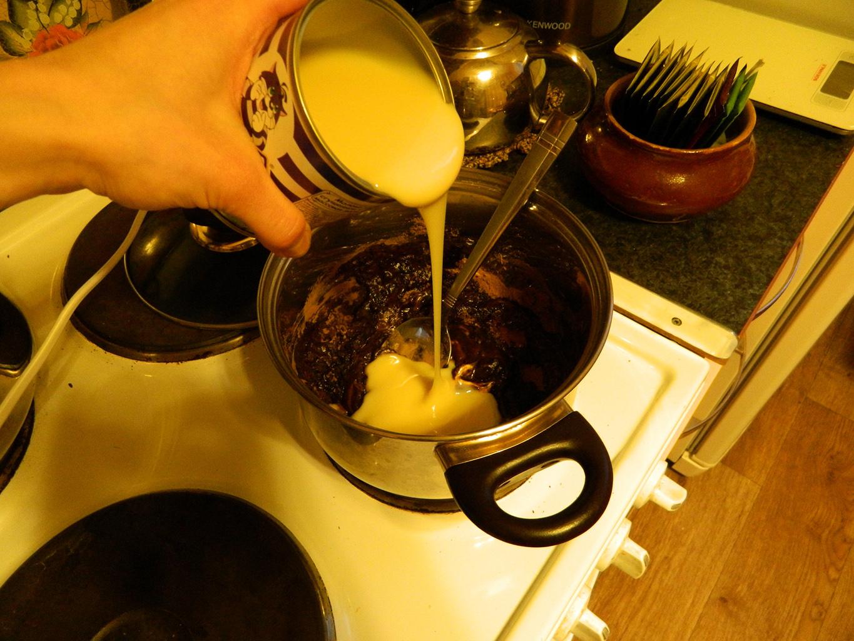 Смешивание продуктов для шоколадной колбасы