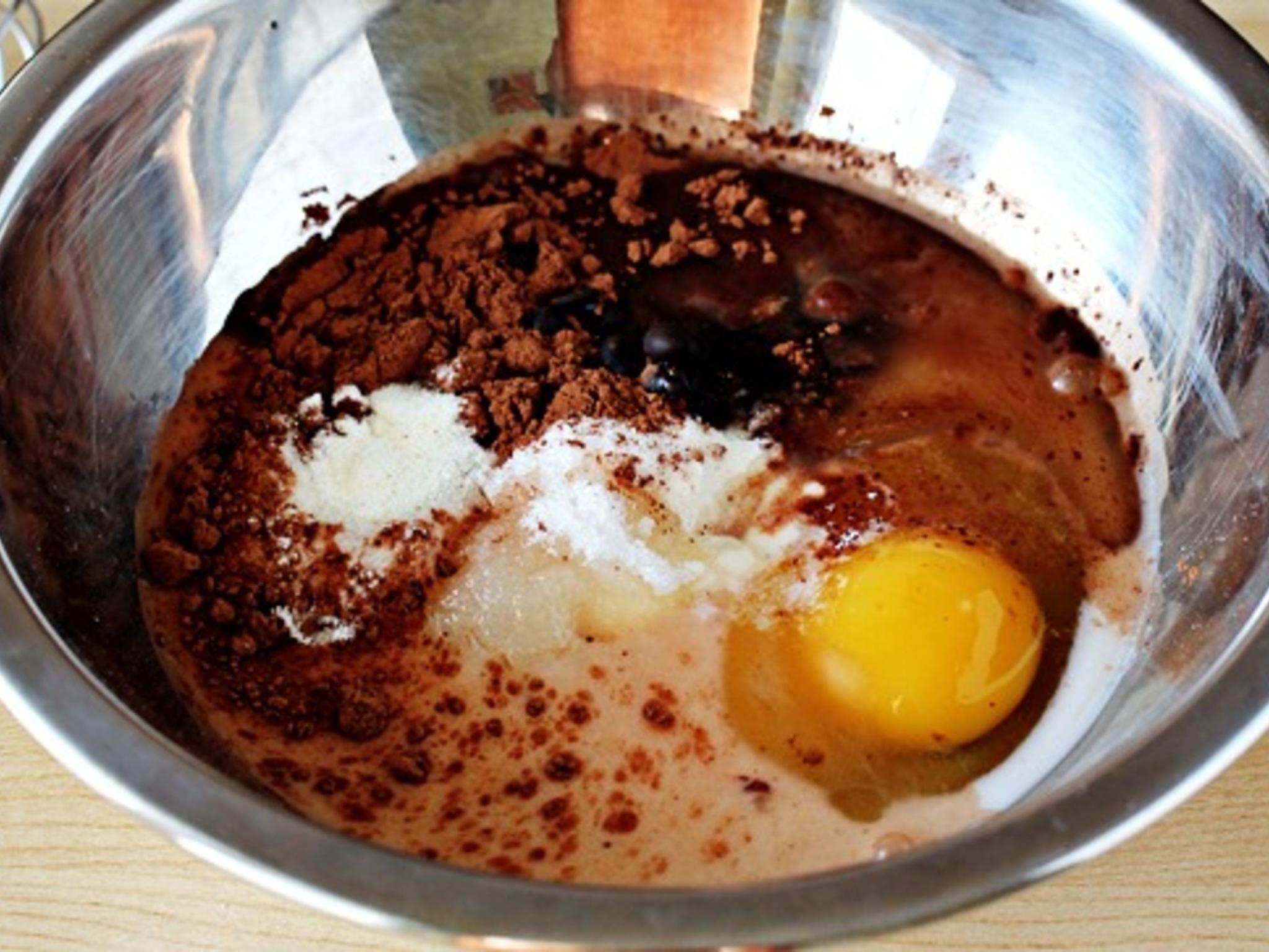 Смешать яйца, сахар и какао