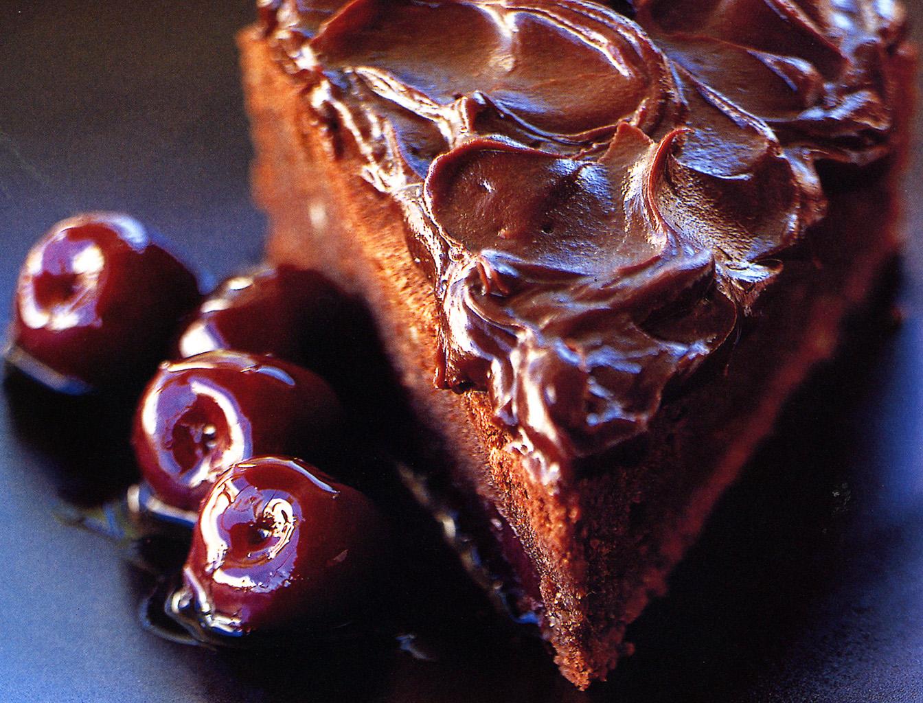 Шоколадный торт на кипятке с вишней