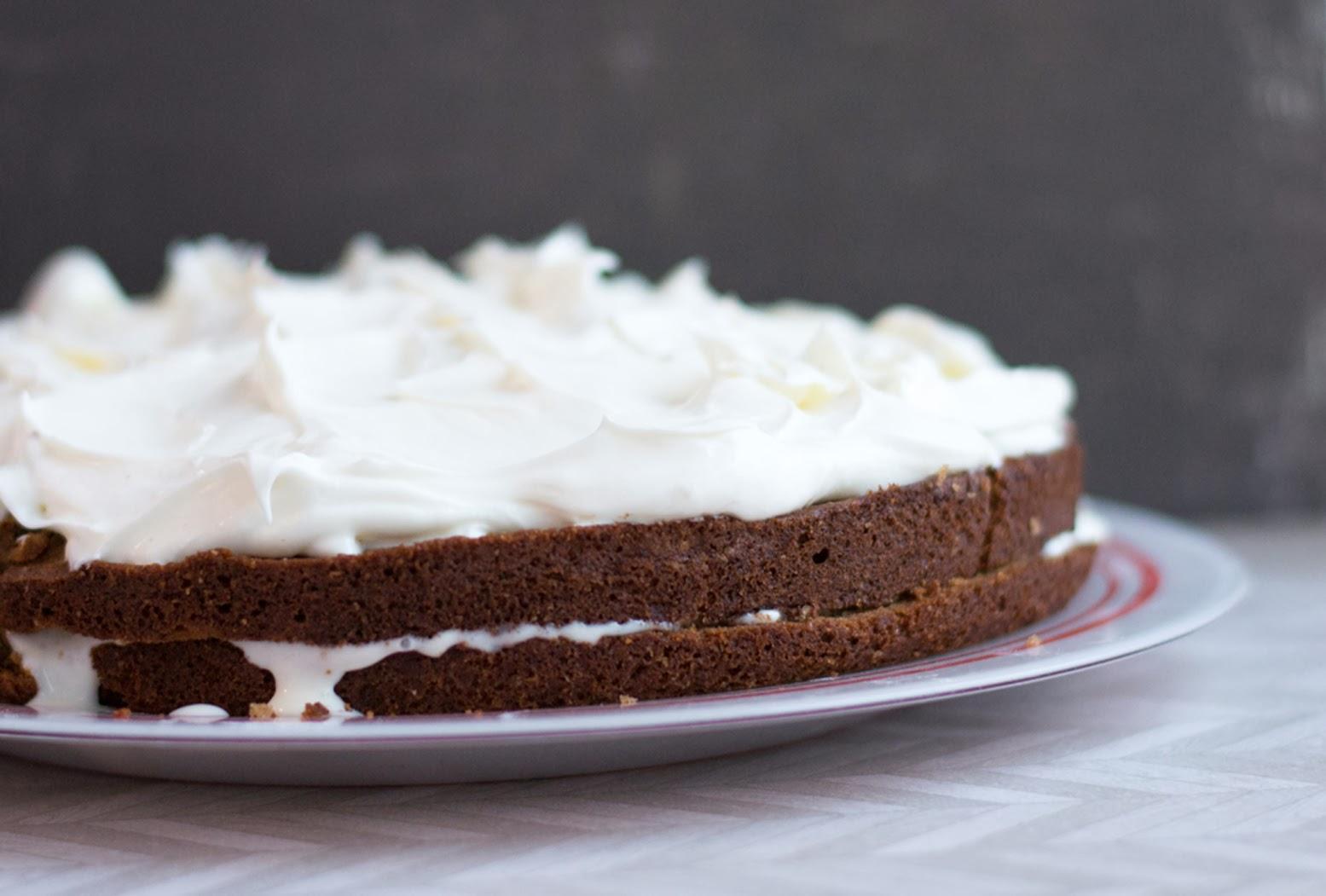 Собрать торт, смазывая коржи кремом