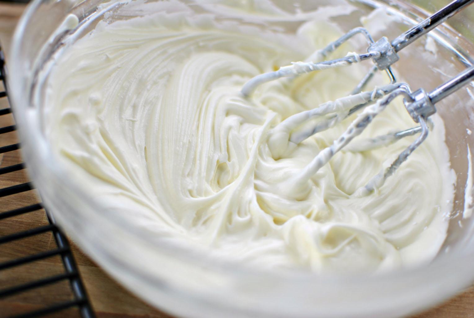 Взбить сливки с сахарной пудрой маскарпоне