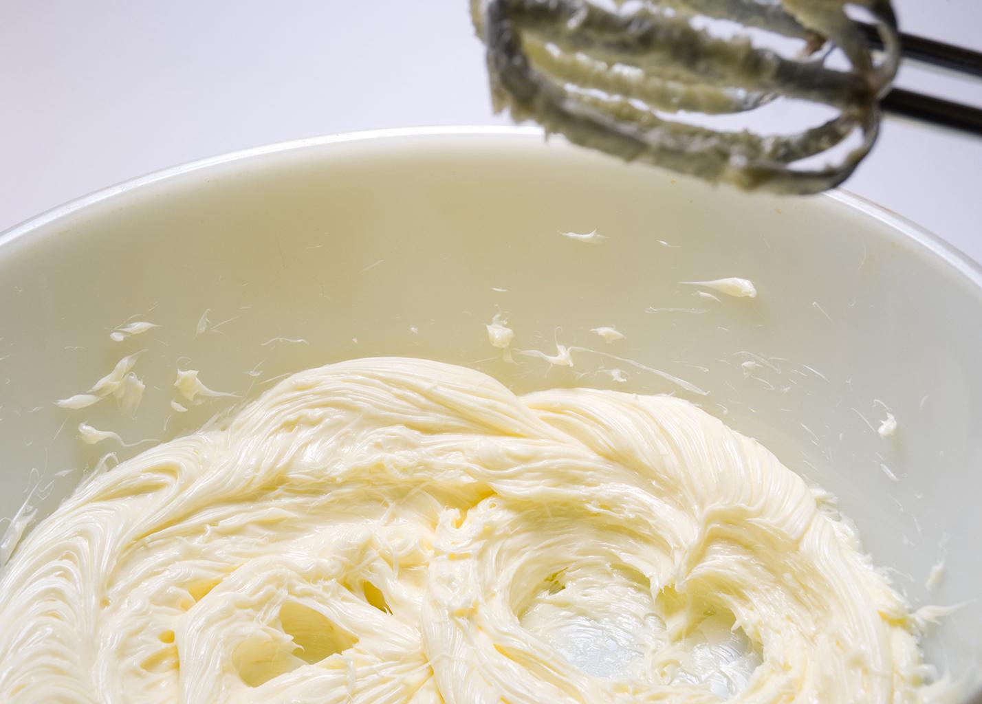 Взбить сливочное масло с сыпучими продуктами