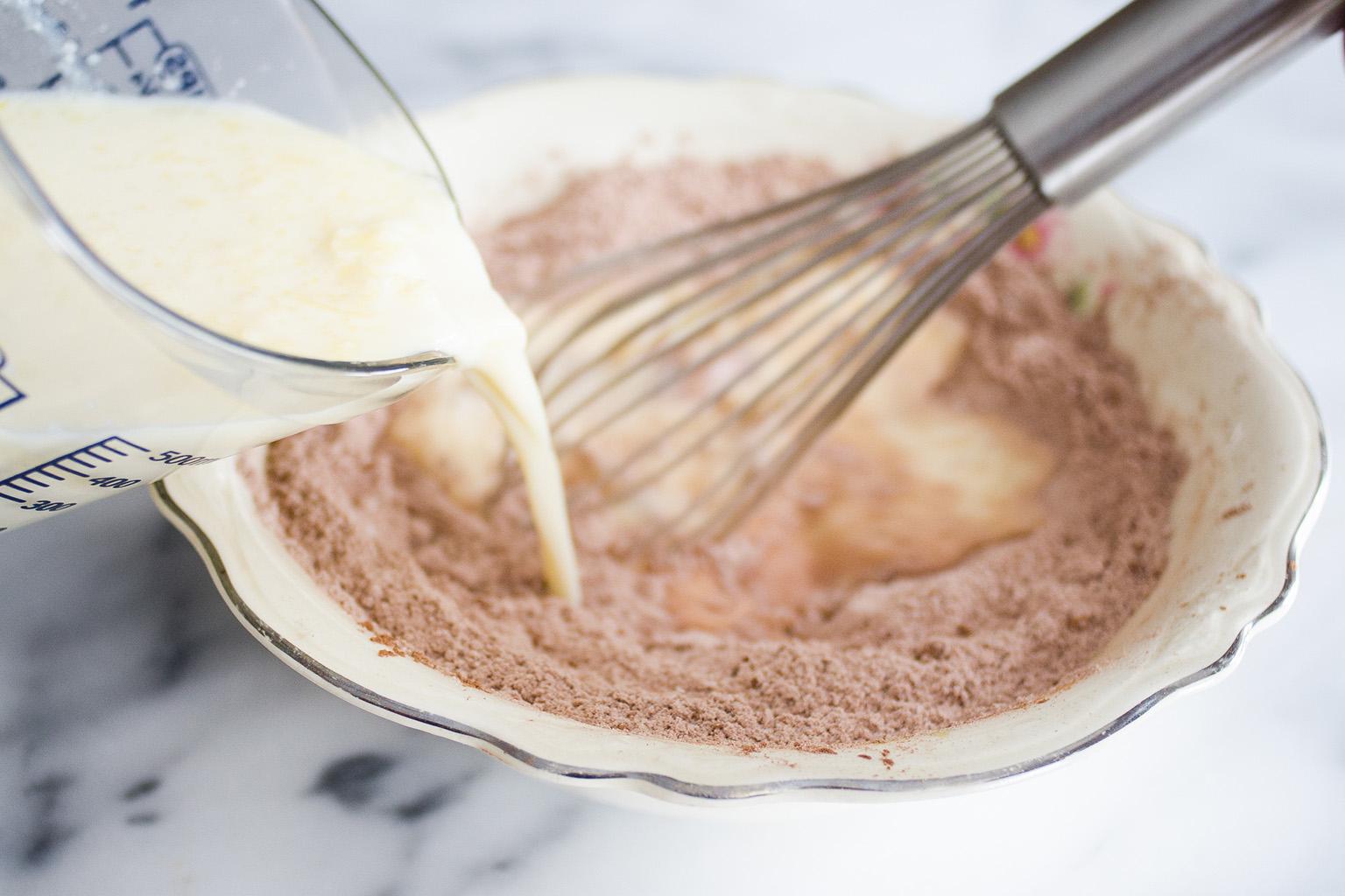 Вылить молоко в муку с какао